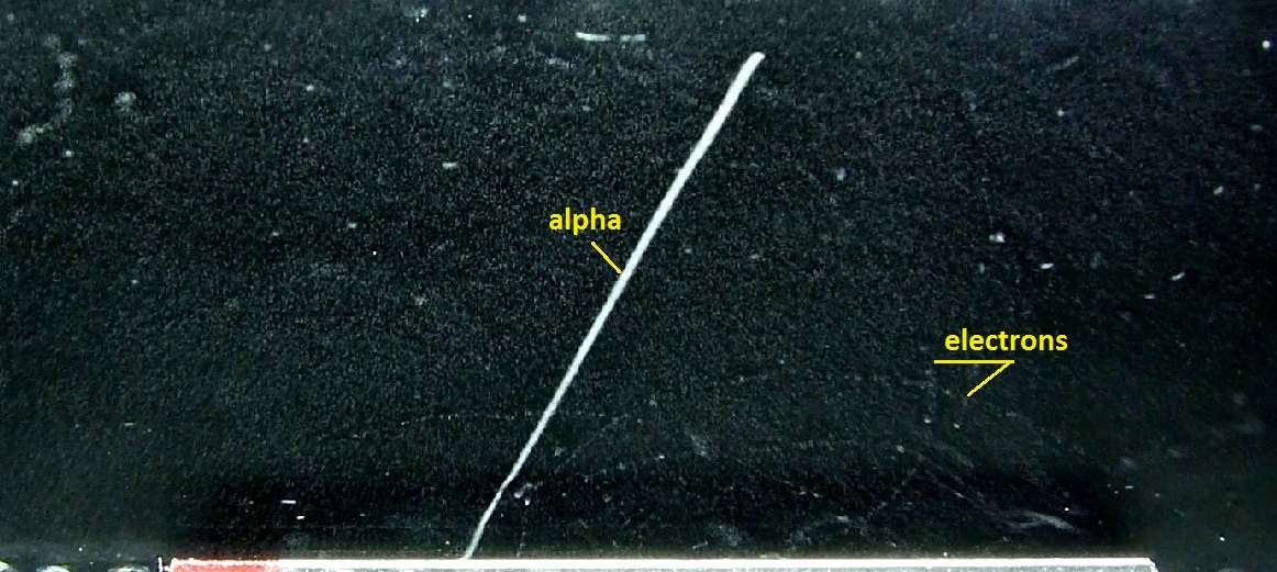 Alpha_particle_and_electrons_from_a_thorium_rod_in_a_cloud_chamber